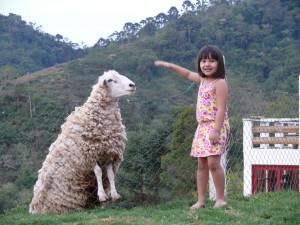 Natália com o carneiro